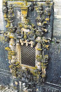 A janela do Capítulo do Convento, mais tarde imitada para o Palácio da Pena, foi encomendada por D. Manuel I e desenhada por Diogo de Arruda. É o mais conhecido exemplo de arquitectura manuelina, ilustrativo do naturalismo exótico e do uso de pormenores marítimos