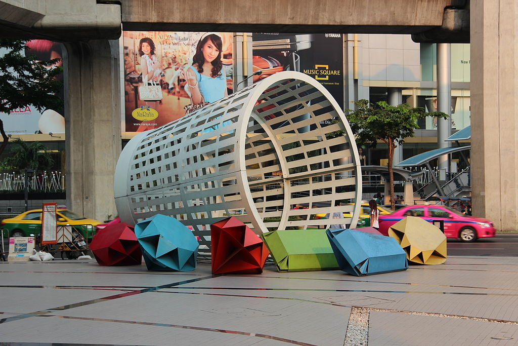 Corbeille géante devant le centre culturel de Bangkok art & culture centre. Photo de GuillaumeG
