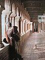 Cyprienne Douine posant dans la colonnade couverte de sa villa Cypris.jpg