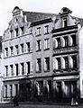 Düsseldorf, Liefergasse 24 (Barockgiebel), 26 (horizontaler Gesimsabschluss) und 28 (Barockgiebel) 1909 Erwin Quedenfeldt Boris Becker.jpg