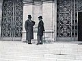 Devant la Mairie de Neuilly, Jules-Albert de Dion (G) et Paul Meyan (D) discutent des statuts de l'ACF (octobre 1895).jpg