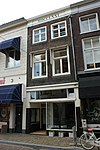 foto van Pand met lijstgevel met mooi geprofileerde hardstenen vensterdorpels en verkropte lijst