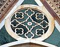 Duomo di firenze, medaglioni intarsiati in marmi nei timpani delle finestre sui fianchi 17,2.jpg