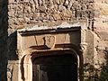 Ecusson sur la porte médiévale du château.JPG