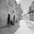 Een straatje in Safad (Safed) met huizen met ijzeren balkons Een oudere vrouw z, Bestanddeelnr 255-4004.jpg