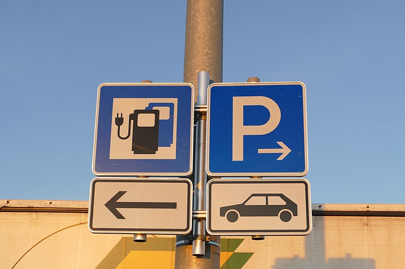 File:Electric vehicle charging station at Pippinger Flur 11.jpg