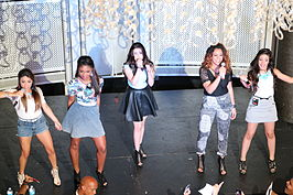 Van l naar r: Ally, Normani, Lauren, Dinah Jane, Camila. Fifth Harmony in 2013.