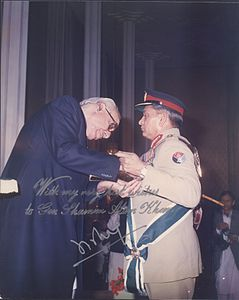 General Shamim Alam Khan receiving the Nishan-e-Imtiaz.jpg