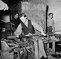 Glasblazers aan het werk in de fabriek, Bestanddeelnr 252-8904.jpg