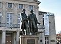 Goethe-Schiller-Denkmal vor Nationaltheater Weimar.jpg