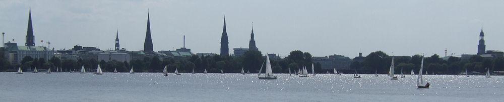 Wieże pięciu Głównych Kościołów oraz wieża ratuszowaod lewej do prawej: św. Jakuba, św. Katarzyny, św. Piotra, św. Mikołaja, ratusz i św. Michała (widok od strony Außenalster)