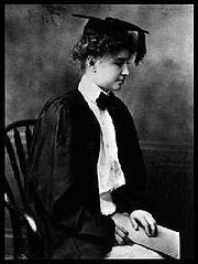 Helen Keller ritratta il giorno della sua laurea.