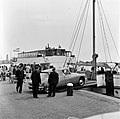 HUA-165638-Afbeelding van een personenauto (Citroën DS) tijdens het oprijden op het motorschip IJsselstroom van Rederij Koppe voor de bootdienst naar Enkhuizen, in de haven van Stavoren.jpg