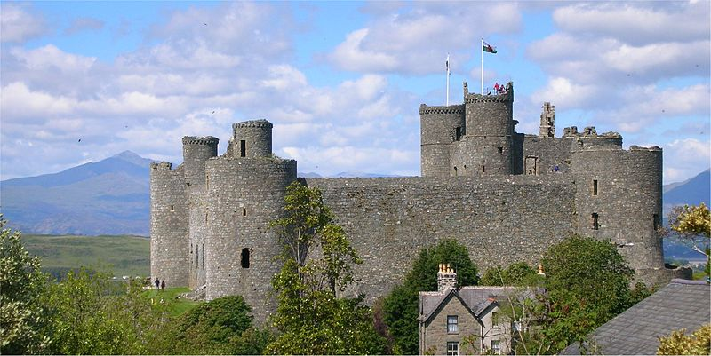 Plik:Harlech Castle with Snowdon.jpg
