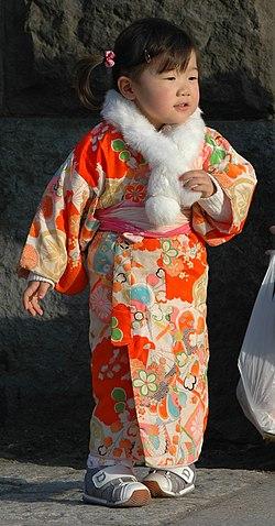 الكيمونو وهو لبس من لباسهم .. كيمونو (باليابانية: )[[] هو