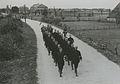 Het detachement van de Amsterdamse Politie onderweg tijdens de 23e Vierdaagse – F40447 – KNBLO.jpg