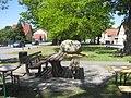 Hohenbocka, Dorfaue, Willkommen-Stein gegenüber Hausnr. 10, Südostansicht, Spätfrühling, 01.jpg