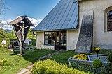 Hohenthurn Filialkirche hl Cyriacus Vorhalle mit Friedhof-Kruzifix 16052017 8465.jpg