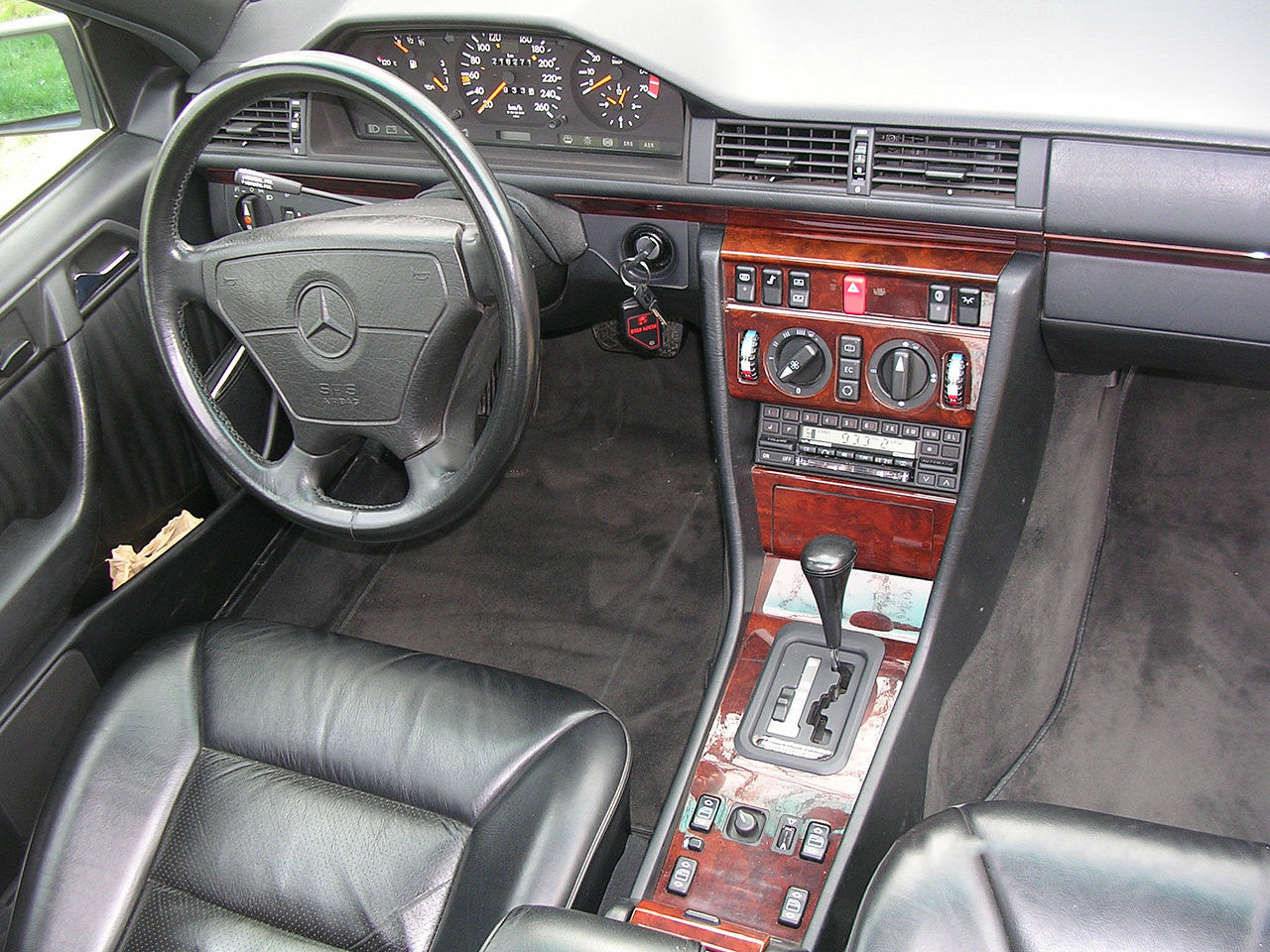 Interieur mercedes  File:Intérieur Mercedes 500E (W124.036).jpg - Wikimedia Commons