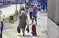 Jalankulkijoita Simonkadun ja linja-autoaseman välisellä puistoalueella - G29785 - hkm.HKMS000005-km0000o98l.jpg