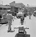Jeruzalem. Een jongen vervoert broden met behulp van een plank op een kinderwage, Bestanddeelnr 255-2270.jpg