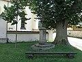 Kříž před kostelem ve Vrčni (Q66052115).jpg