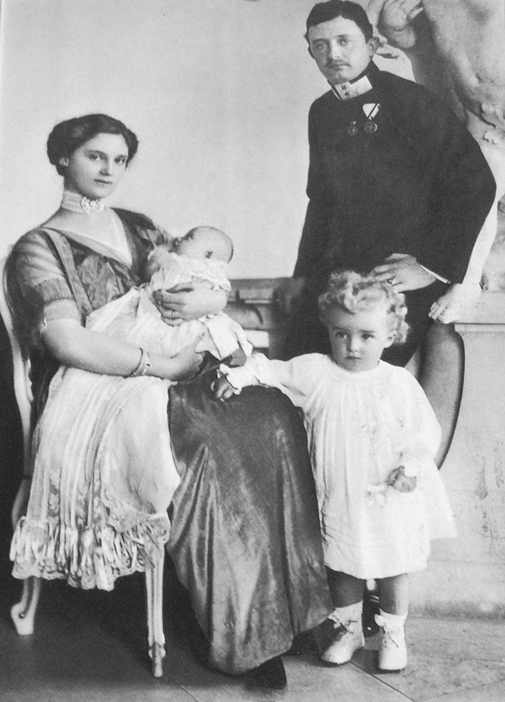 両親と撮影(右下)・赤ちゃんは妹/wikipediaより引用