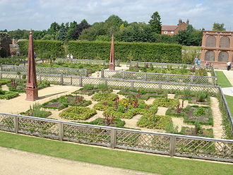 Kenilworth Castle - The restored Elizabethan knot gardens, designed to reproduce the appearance of the gardens in 1575