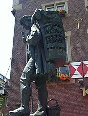 Staty med en man som bär en kont