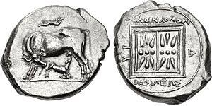 Monunius I - Silver stater of Monounios, 10.56 gr, Dyrrhachion mint. Cow and suckling calf.Rev. Double stellate pattern, inscription: ΒΑΣΙΛΕΩΣ ΜΟΝΟΥΝΙΟΥ (of king Monounios).