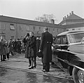 Koningin Ingrid bij een auto op de kade in Kopenhagen met op de achtergrond toes, Bestanddeelnr 252-8650.jpg