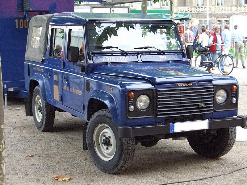 800px-Land_Rover_Defender_110_CrewCab_1316_Bier_60_Jahre_NRW-Fest_Duesseldorf_frontright_2006-08-26_U.jpg