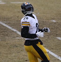 LeVeon Bell 26 practicing 2013.jpg
