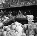 Lehel (Élmunkás) tér, piac. Háttérben a Bulcsú utca épületei. Fortepan 87576.jpg