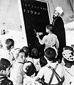 Les in lezen en schrijven in een vluchtelingenkamp, Bestanddeelnr 254-3422.jpg