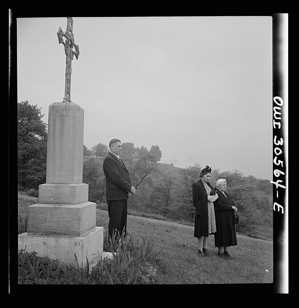 File:Lithuanian-Americans attending Memorial Day mass in the Lithuanian cemetery 8d30395v.jpg