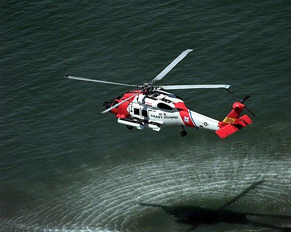 Hubschraubers beim Schweben über Wasser