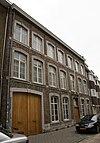 foto van Huis met brede lijstgevel; gepleisterd.