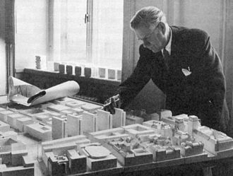 Sven Markelius - Sven Markelius, 1954, over a model of Norrmalm