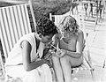 Model Eva Waldschmidt (r) geeft onbekende vrouw een vuurtje, Bestanddeelnr 252-0902.jpg