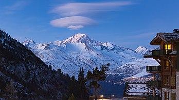 Le mont Blanc, coiffé d'un nuage lenticulaire, vu depuis le village d'Arc 1950, dans la station des Arcs. (définition réelle 5259×2958)