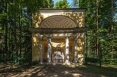 Monument to Parents in Pavlovsk Park 01.jpg