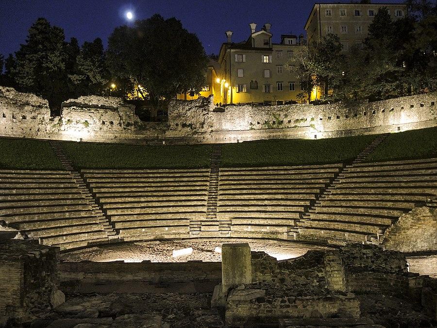 Notte di luna sul teatro romano