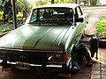 Oberá - hombre reparando un Ford Falcon Verde.jpg