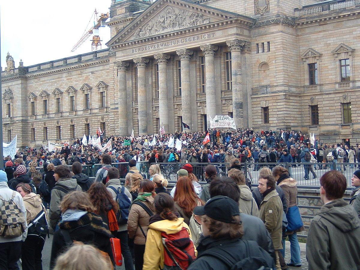Ostdeutsche StudentInnen demonstrieren vor Bundesverwaltungsgericht in Leipzig gegen Studiengebühren im Frühjahr 2005.jpeg