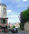 P1270039 Paris XVIII rue des Saules maison rose vigne rwk.jpg