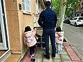 Padre e hijas yendo al colegio.jpg