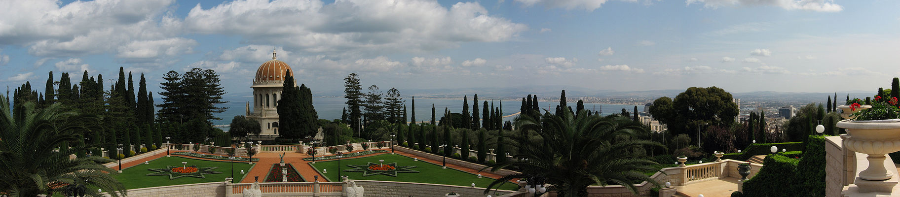 A panoramic view of the Shrine of the Báb and the Bahai gardens.