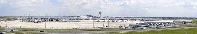 Panormaaufnahme des Münchener Flughafens, 2012.jpg