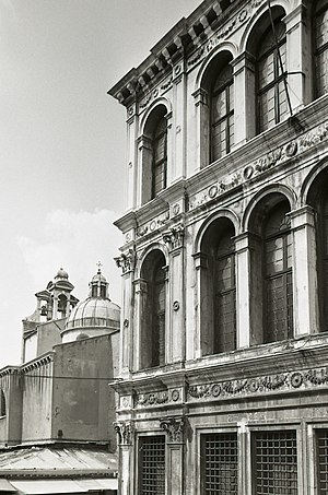 Palazzo dei Camerlenghi - Detail of the facade. In the background the church of San Giacomo di Rialto. Photo by Paolo Monti, 1977.